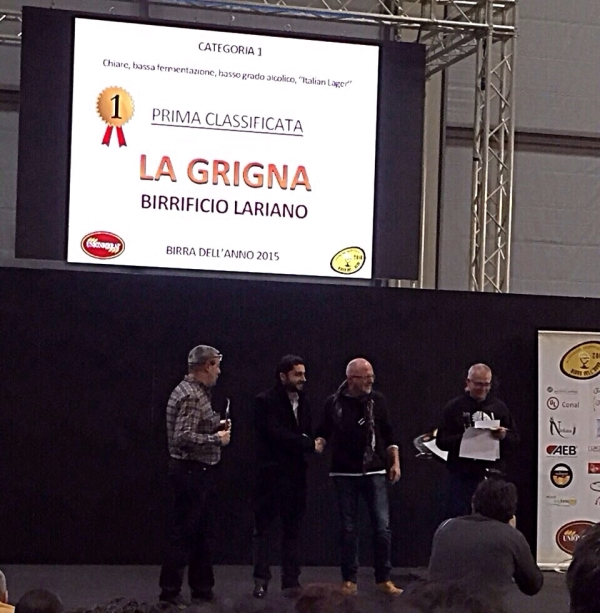 Beer of the Year Contest: Simone Bellassai giving the award