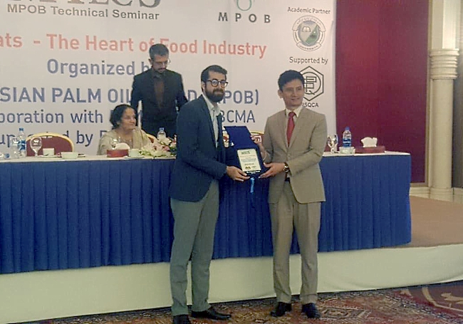 """Nabeel Javed of Shadchem distributor of CDR FoodLab in Pakistan receive a shield from His Excellency Mr. Khair-ul-Nazran Abdul Rahman, Consul General of Malaysia during the """"MPOB Technical Seminar (MTecS) on """"Oils & Fats – The Heart of Food Industry""""."""
